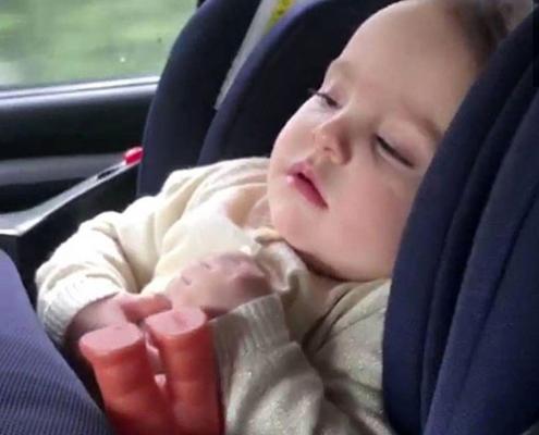 آرامش و خواب راحت در صندلی ماشین کودک دلیجان الیت پلاس